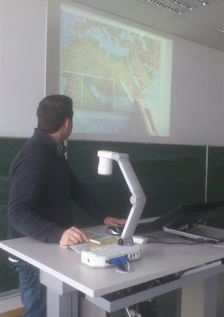 """Die Kamera im Einsatz: schnell mal eine Landkarte aus """"Informationen zur politische Bildung"""" zeigen"""